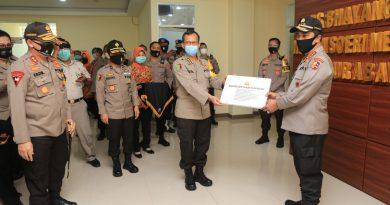 Kabaharkam Polri Sampaikan bantuan Alat Kesehatan ke  RS Bhayangkara Polda Jawa Timur