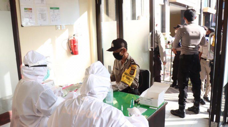 Bhabinkamtibmas Melaksanakan Rapid Tes Di Klinik Bhayangkara Polresta Denpasar