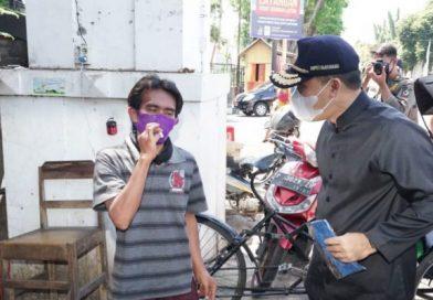 Bupati Banyuwangi Kembali Bagikan Masker Pada Masyarakat